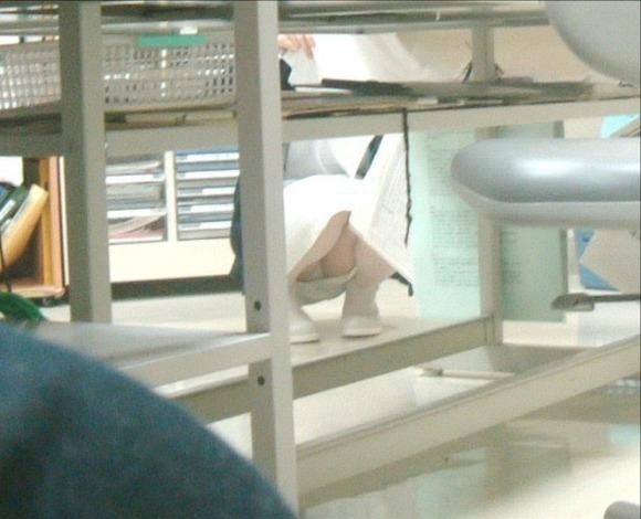 病院内の素人ナースしゃがみパンチラ盗撮エロ画像5枚目