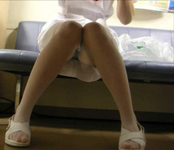 病院内の素人ナースしゃがみパンチラ盗撮エロ画像8枚目