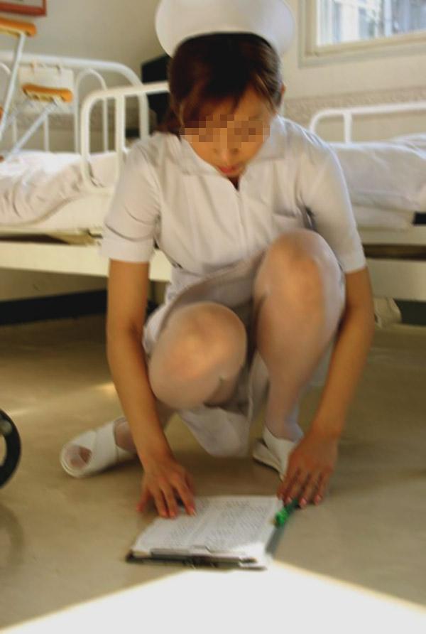 病院内の素人ナースしゃがみパンチラ盗撮エロ画像14枚目