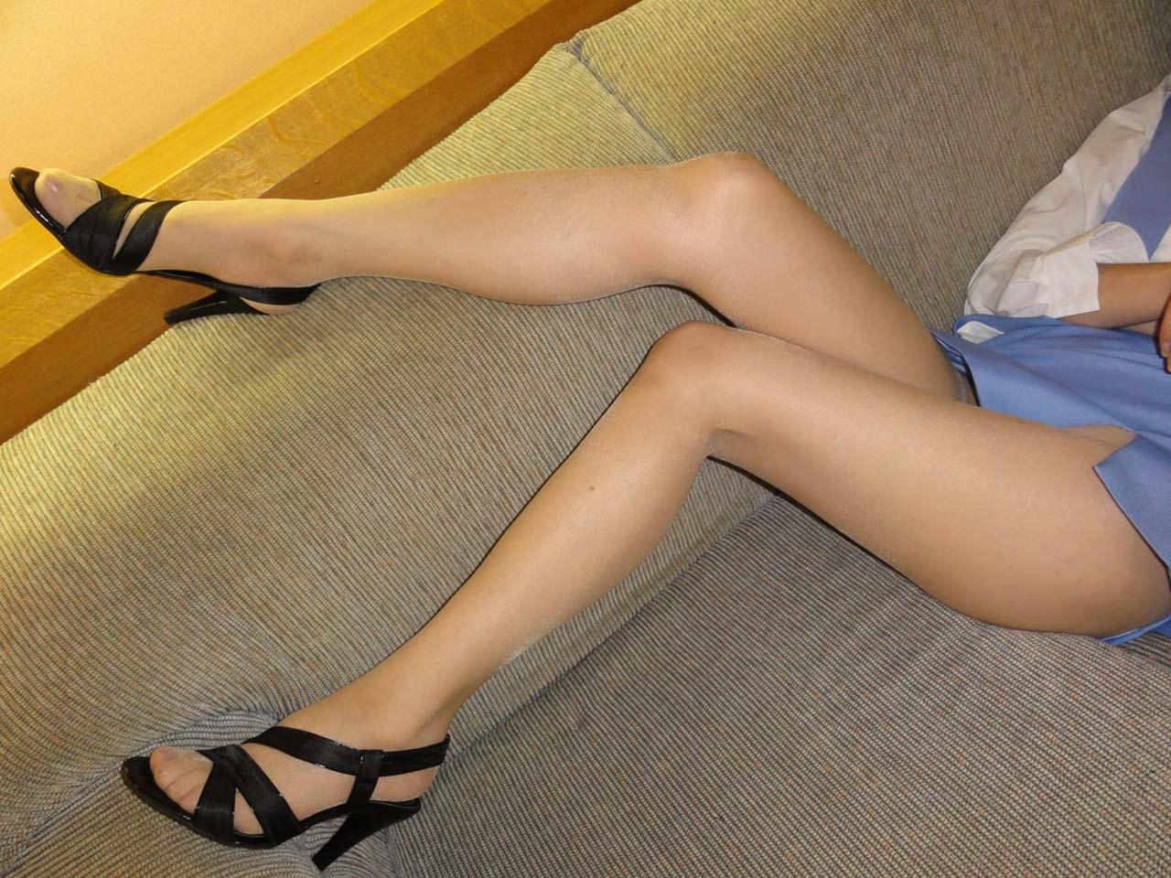 美脚OLのタイトスカートに視線が行くエロ画像1枚目