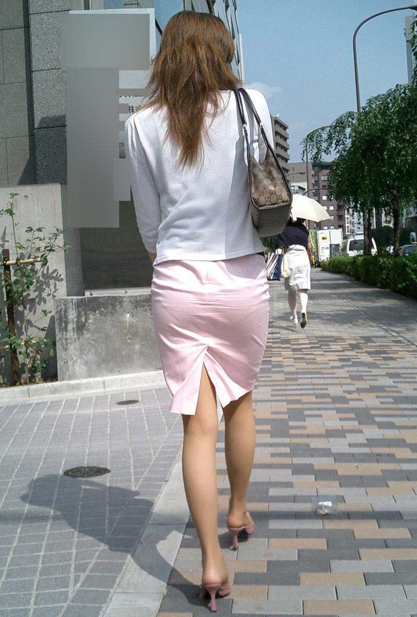 美脚OLのタイトスカートに視線が行くエロ画像13枚目