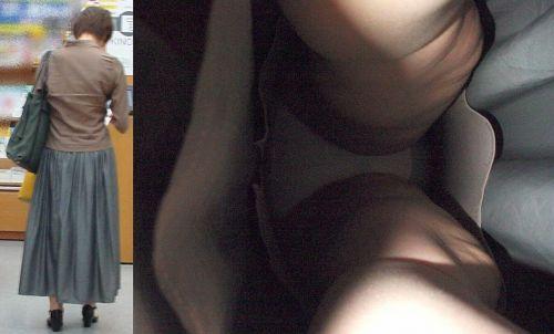 OLの極めたロングスカート逆さパンモロ盗撮エロ画像1枚目