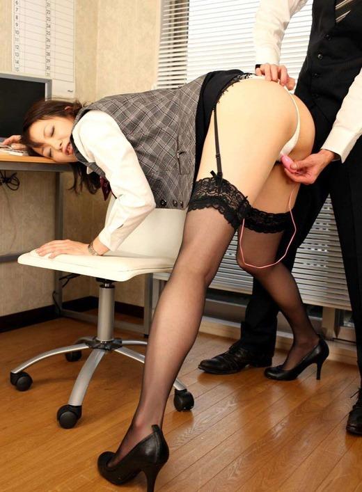 OLがスーツ姿で会社内半裸SEXをするエロ画像4枚目