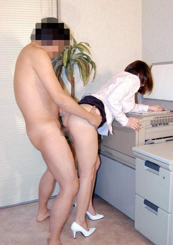 OLが帰宅した会社内で社員と着衣SEXエロ画像9枚目