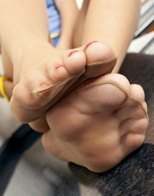 パンストOLに踏まれたい願望を抱く足裏エロ画像4枚目