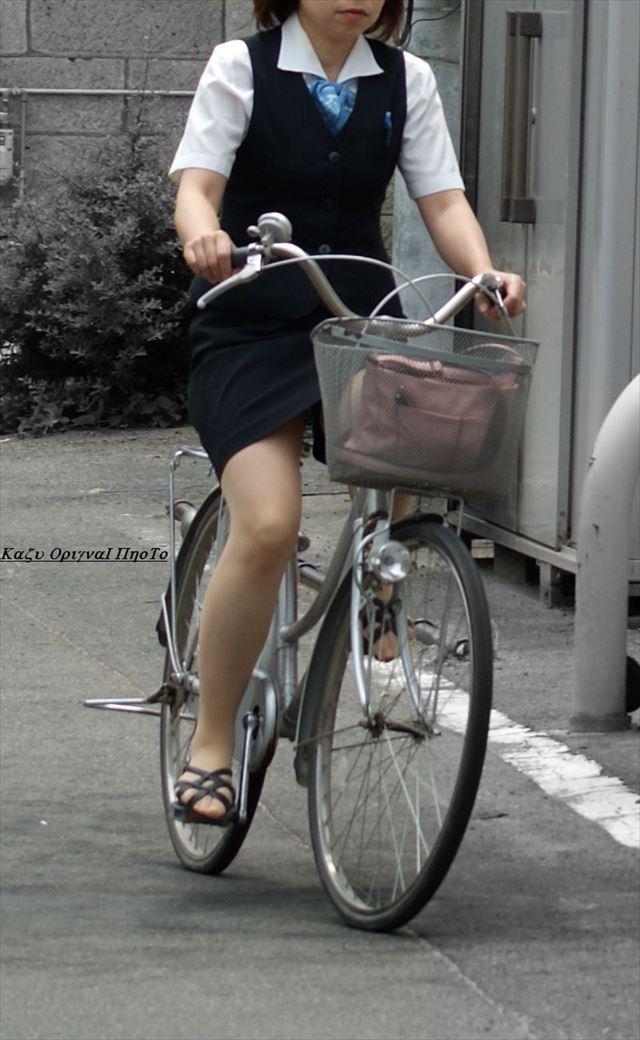 OLの漕いでる時が狙いめ自転車三角盗撮エロ画像5枚目