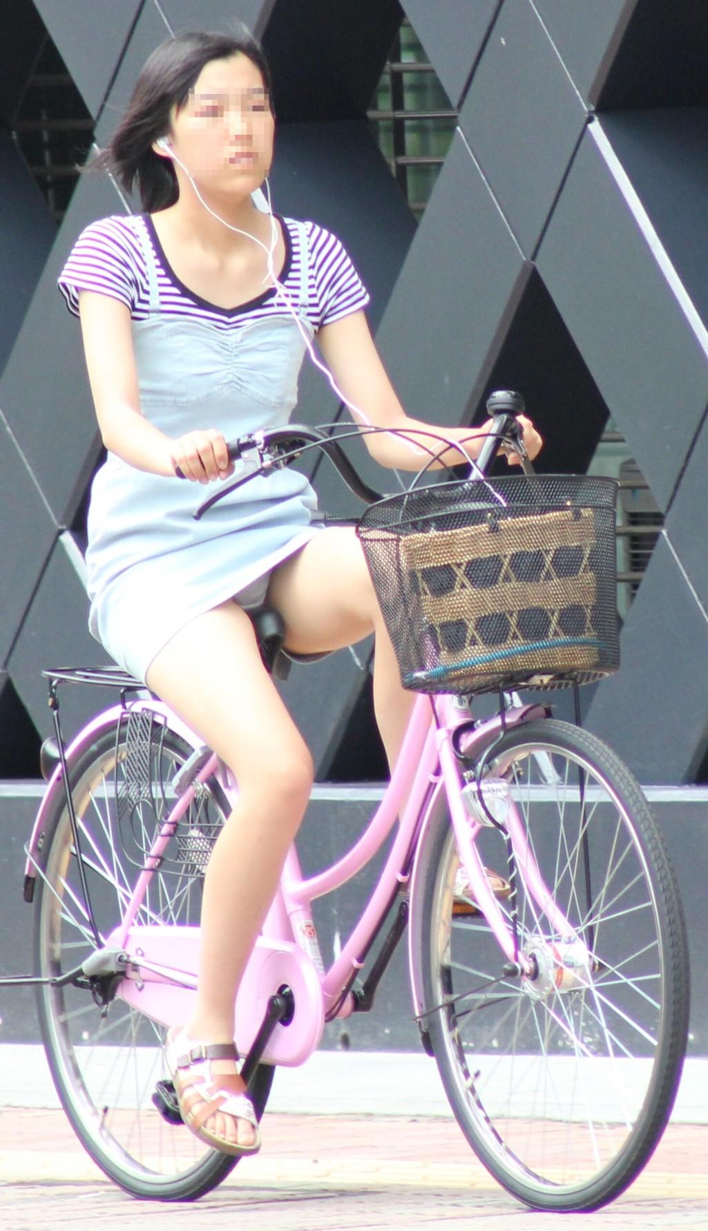 OLの漕いでる時が狙いめ自転車三角盗撮エロ画像7枚目
