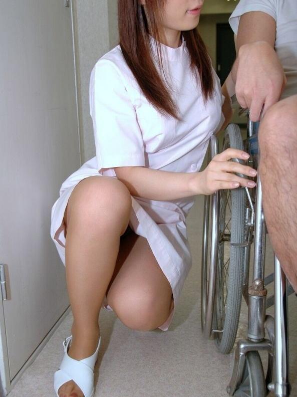 白衣ナースの透け片膝三角パンチラ盗撮エロ画像6枚目