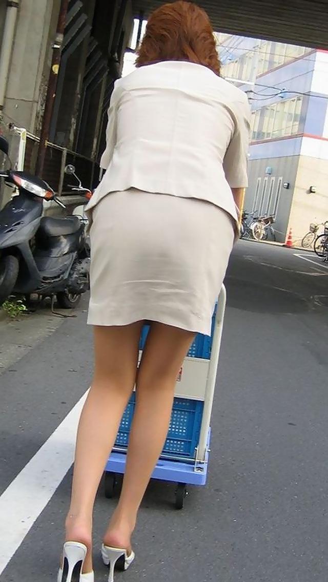 OLが台車を押すタイトスカートのシワ盗撮エロ画像1枚目
