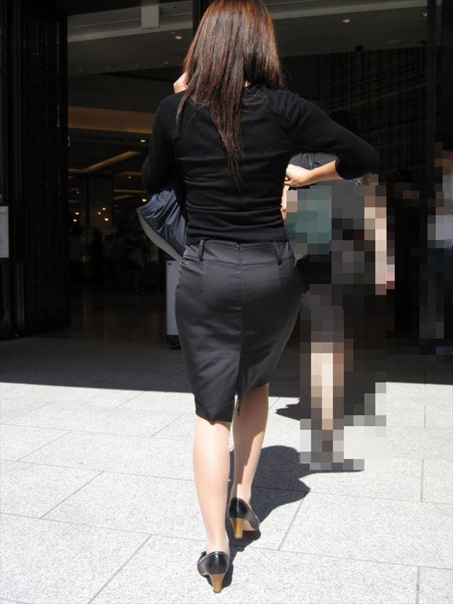 OLが台車を押すタイトスカートのシワ盗撮エロ画像8枚目