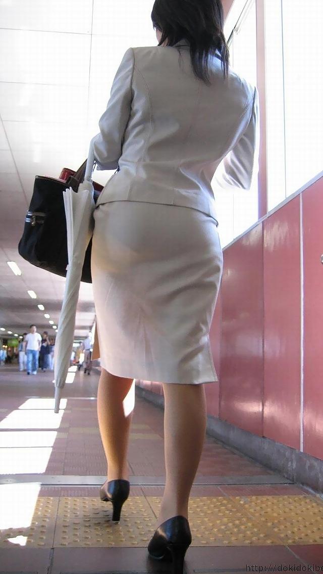OLが台車を押すタイトスカートのシワ盗撮エロ画像16枚目