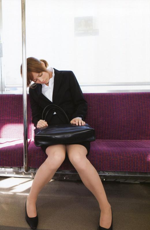 OLが電車内で化粧をする三角パンチラ盗撮エロ画像8枚目