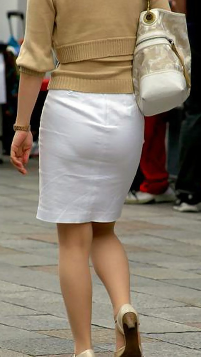 OLのスリット切れまくりタイトスカート盗撮エロ画像3枚目