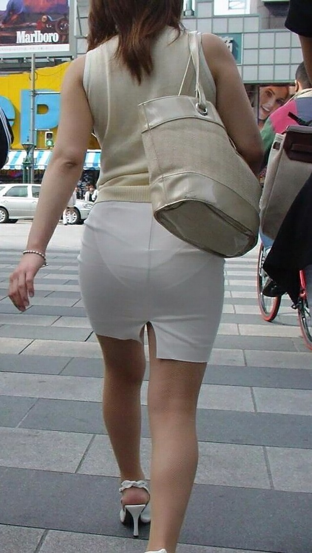 OLのスリット切れまくりタイトスカート盗撮エロ画像14枚目