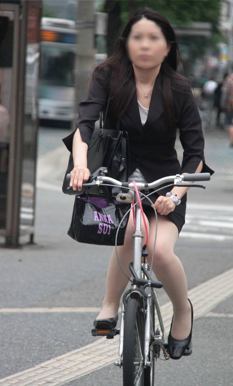 OLが膝を立てた自転車三角パンチラ盗撮エロ画像5枚目