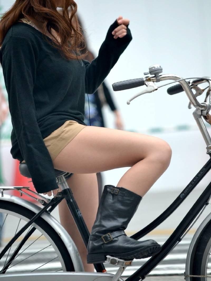 美脚OLの自転車ギリギリ三角パンチラ盗撮エロ画像3枚目