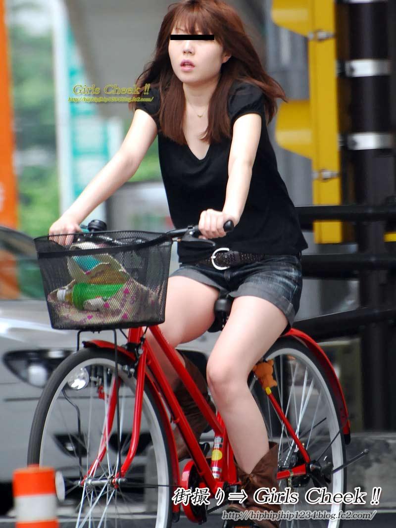 美脚OLの自転車ギリギリ三角パンチラ盗撮エロ画像5枚目