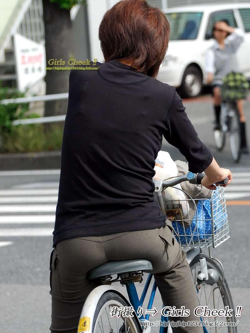 美脚OLの自転車ギリギリ三角パンチラ盗撮エロ画像6枚目