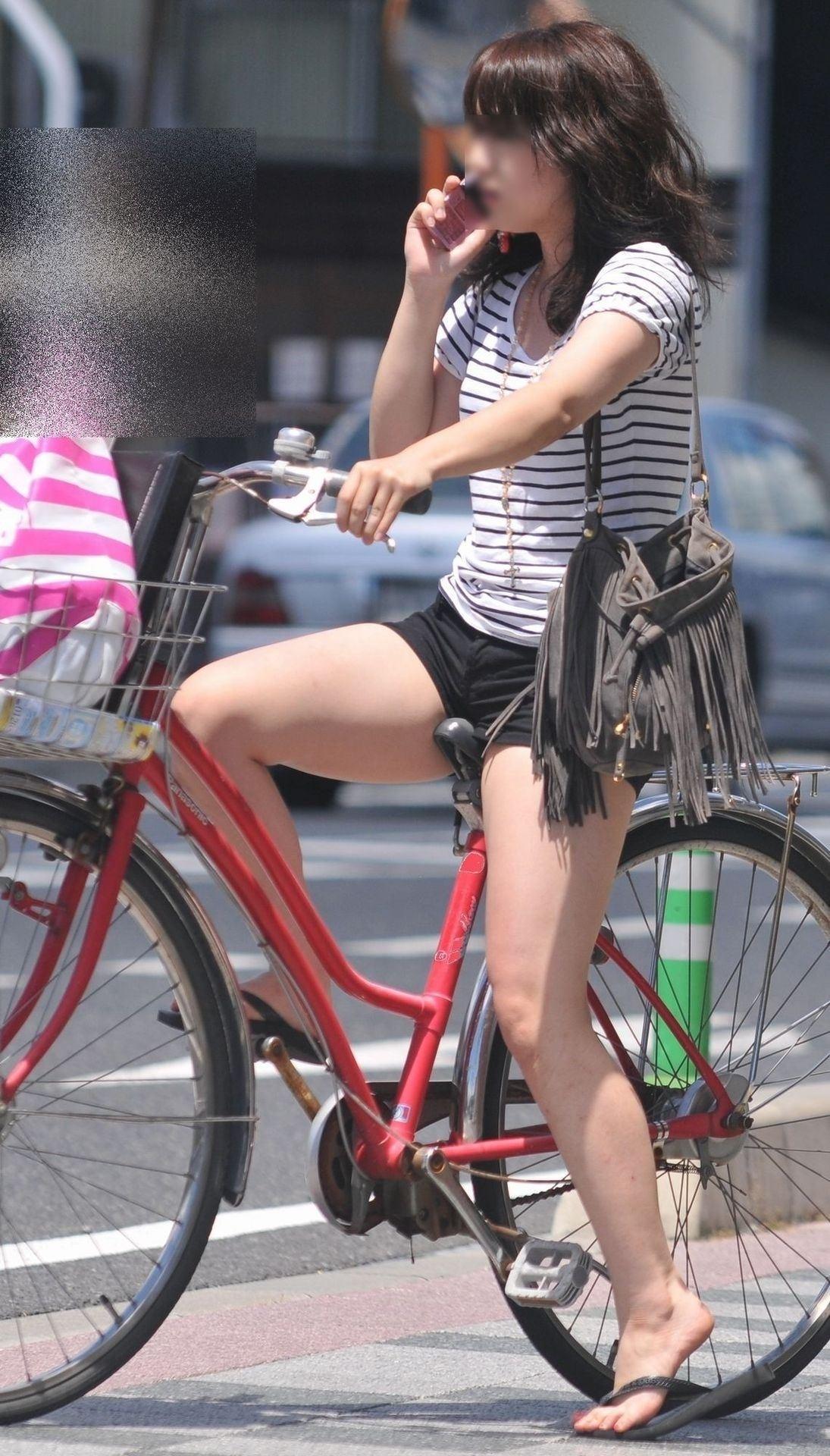 美脚OLの自転車ギリギリ三角パンチラ盗撮エロ画像10枚目