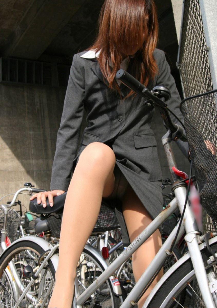 美脚OLの自転車ギリギリ三角パンチラ盗撮エロ画像11枚目