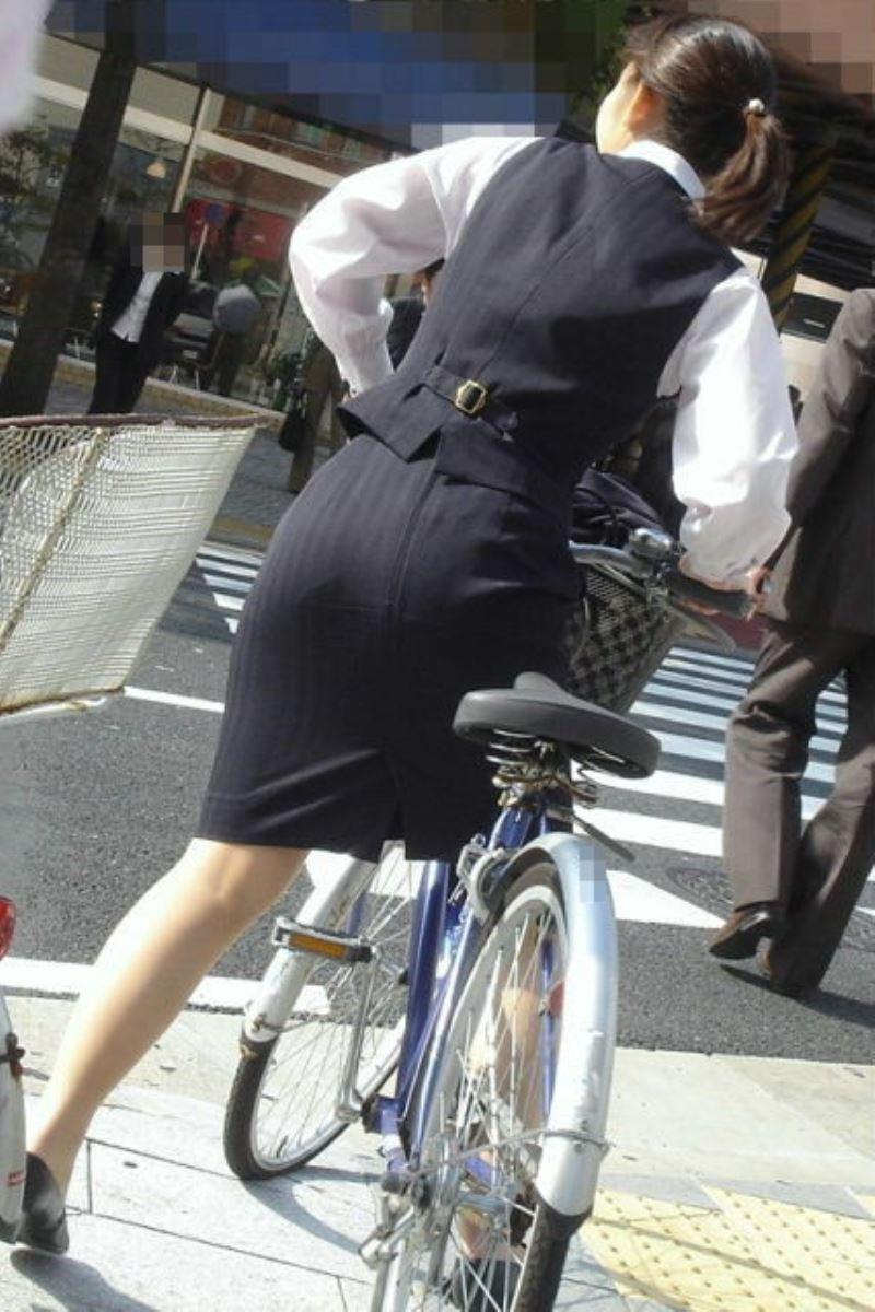 美脚OLの自転車ギリギリ三角パンチラ盗撮エロ画像12枚目