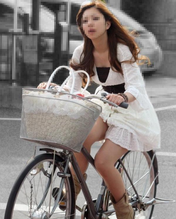 美脚OLの自転車ギリギリ三角パンチラ盗撮エロ画像16枚目