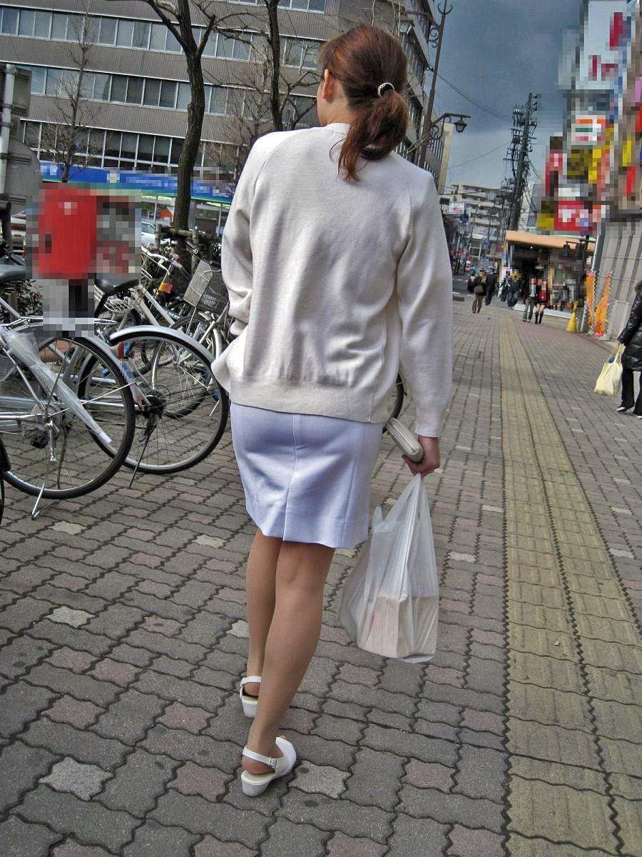 熟女の巨尻ナースの白衣と透け下着盗撮エロ画像7枚目