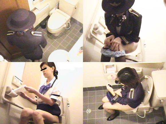 CAのフライト中に機上で放尿のトイレ盗撮エロ画像1枚目