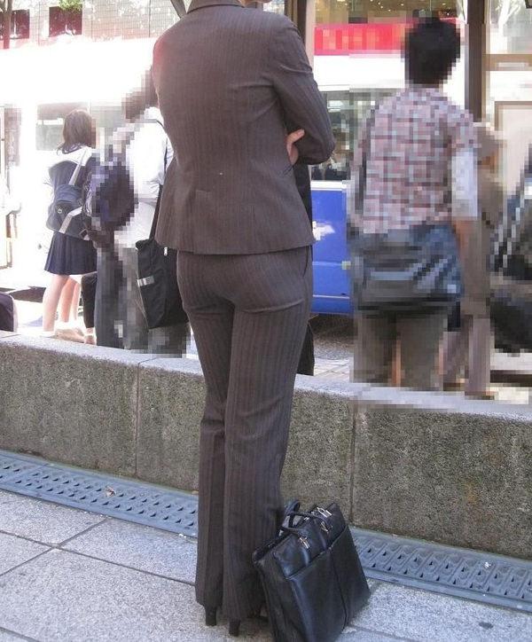 OLのストライプスーツパンティライン盗撮エロ画像3枚目
