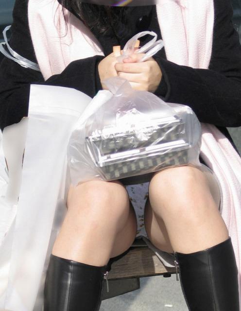 OL店員のしゃがみ込む三角パンチラ盗撮エロ画像16枚目