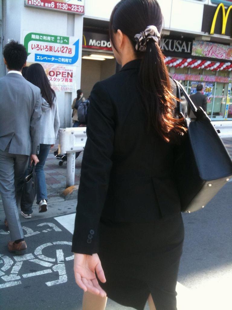 就活OLが横断歩道を渡るストーカー盗撮エロ画像1枚目