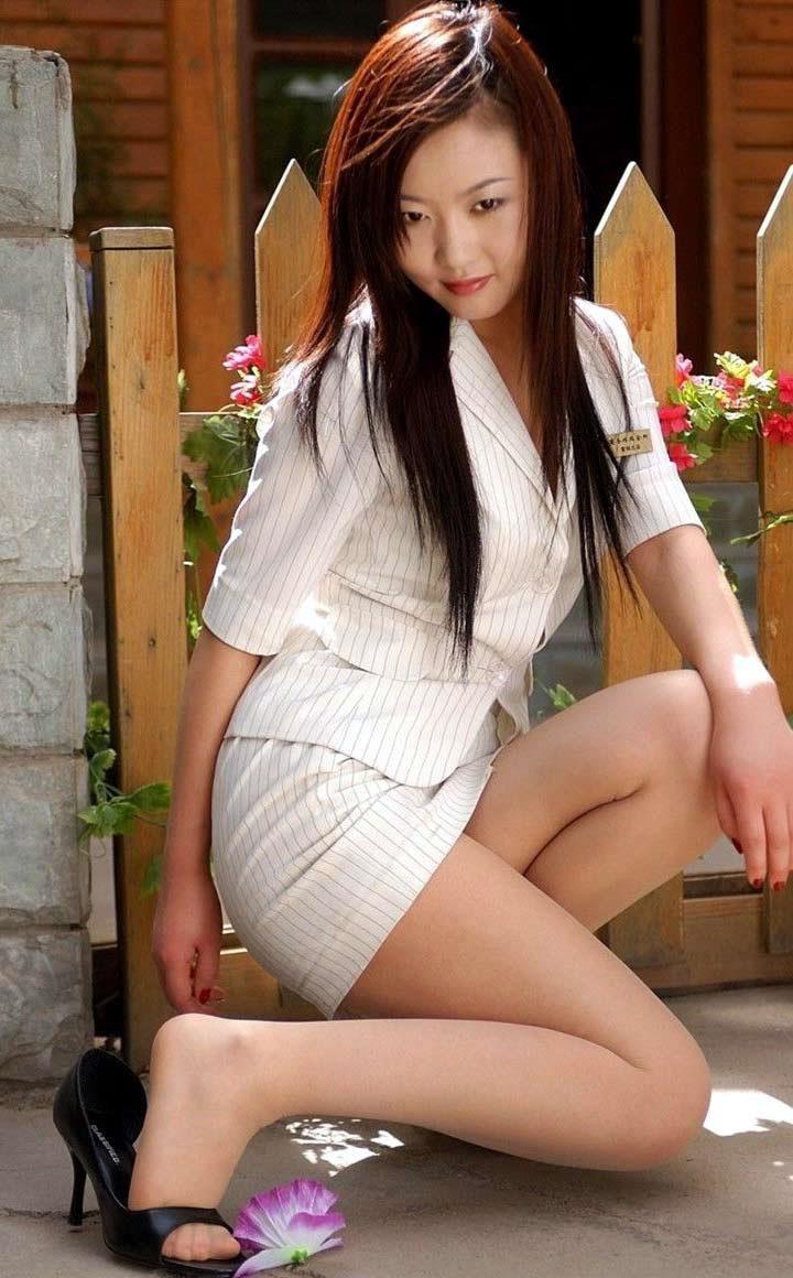 美脚OLのタイトスカートと露出パンストエロ画像2枚目