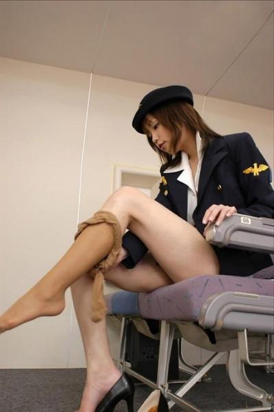 美人CAが機内で腹出し射精をされた調教エロ画像11枚目