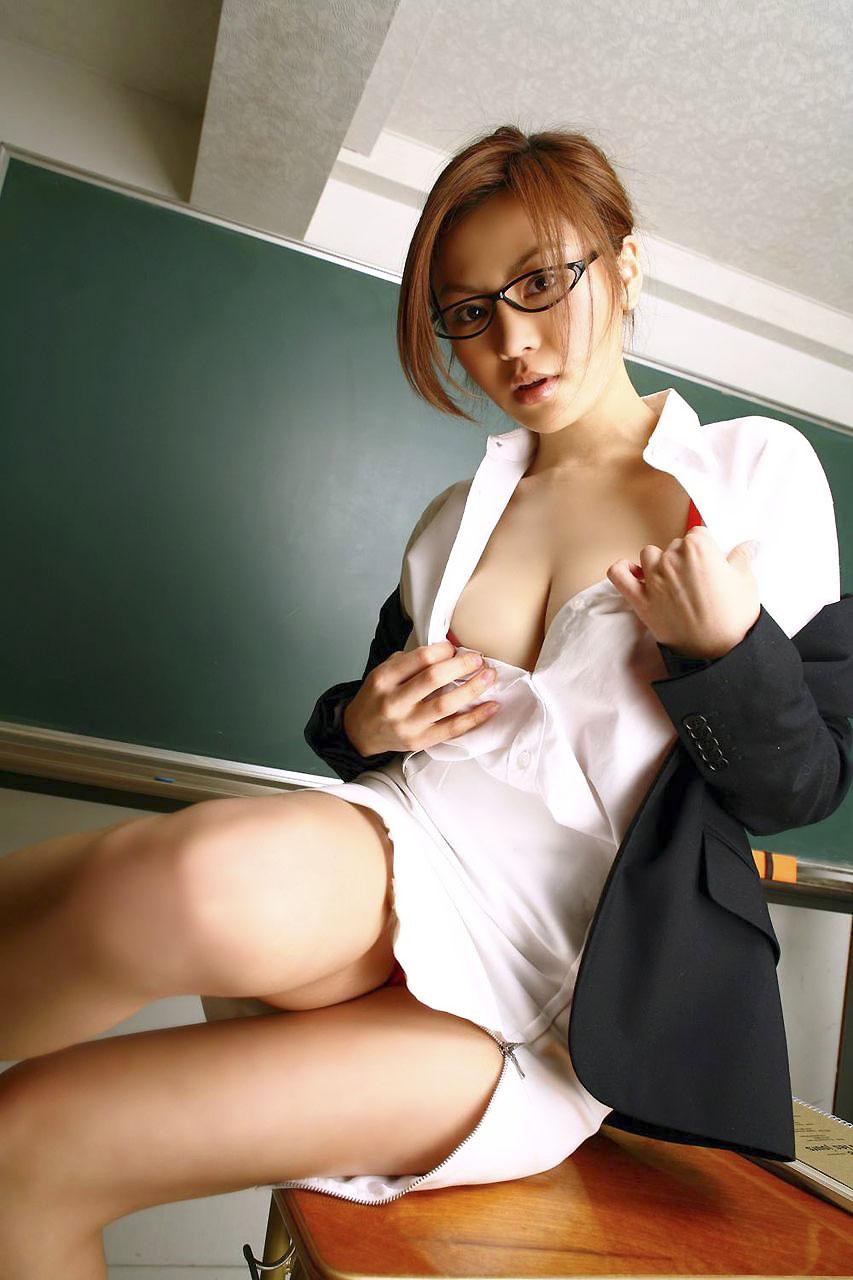淫乱女教師が生徒の指マンで感じてしまうエロ画像13枚目