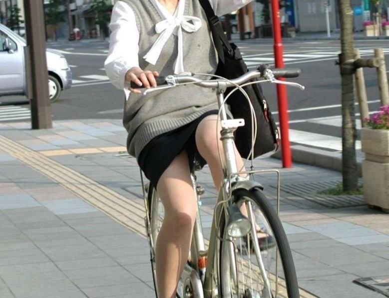 美脚OLの自転車通勤中のパンスト三角盗撮エロ画像1枚目