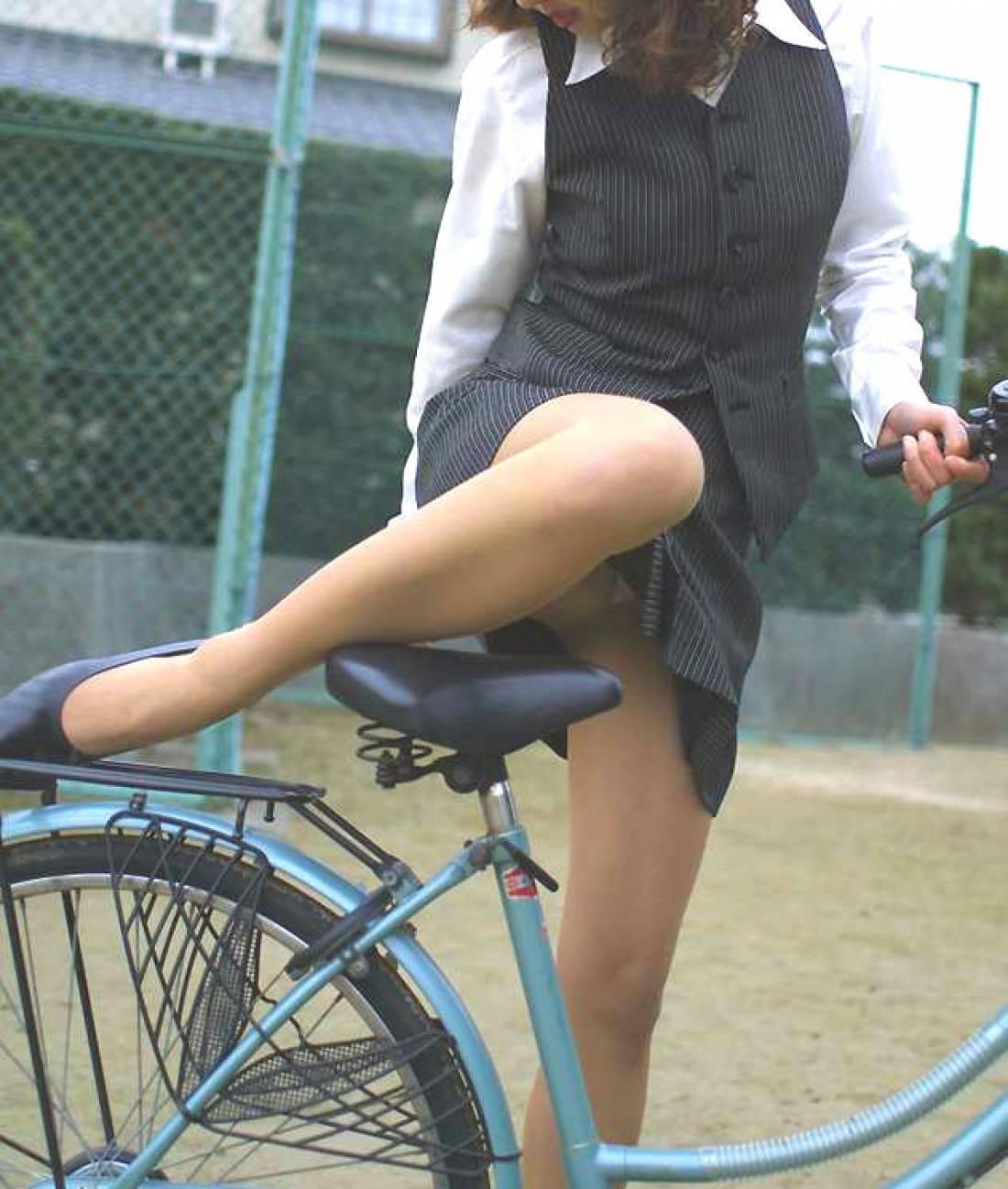 美脚OLの自転車通勤中のパンスト三角盗撮エロ画像2枚目