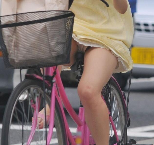 美脚OLの自転車通勤中のパンスト三角盗撮エロ画像7枚目