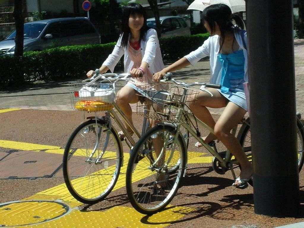 美脚OLの自転車通勤中のパンスト三角盗撮エロ画像10枚目