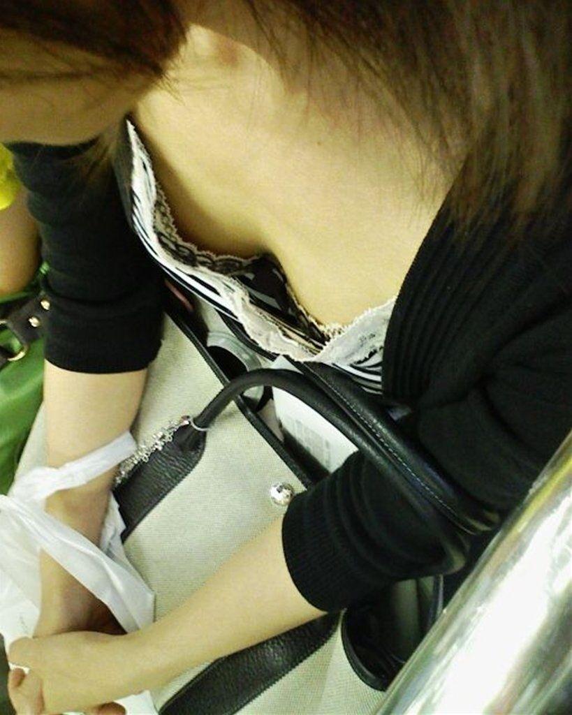 貧乳OLが電車内で見えた胸チラ浮きブラ盗撮エロ画像1枚目