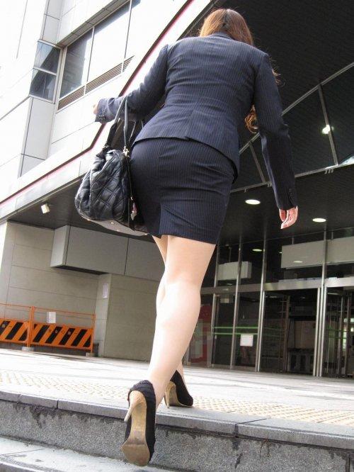 美脚OLがヒールのベルトを直すタイトスカートエロ画像9枚目