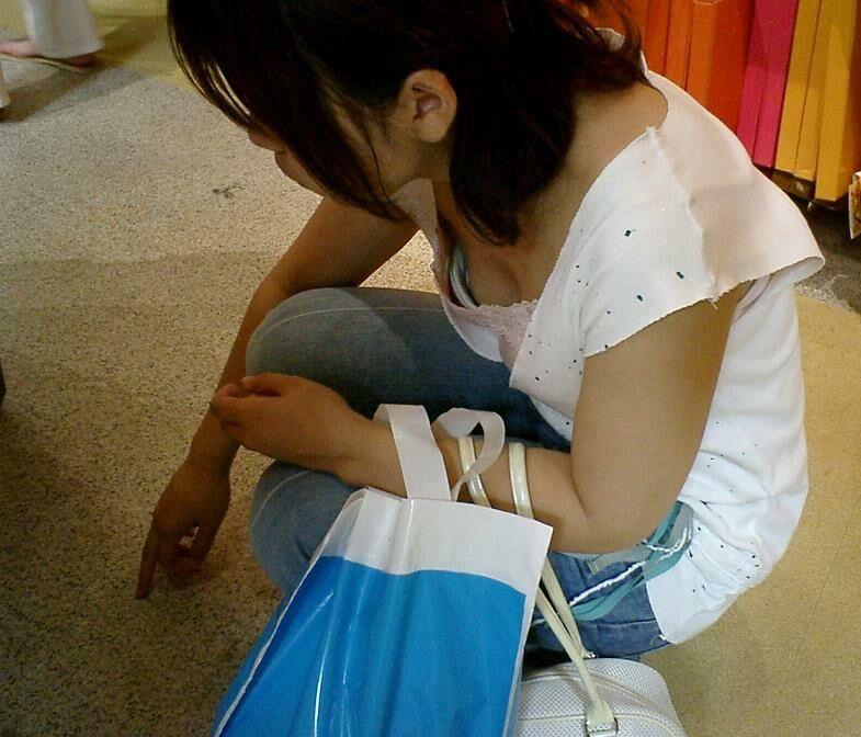 綺麗なOLお姉さんの魅惑の <br> 胸チラ私服盗撮エロ画像12枚目