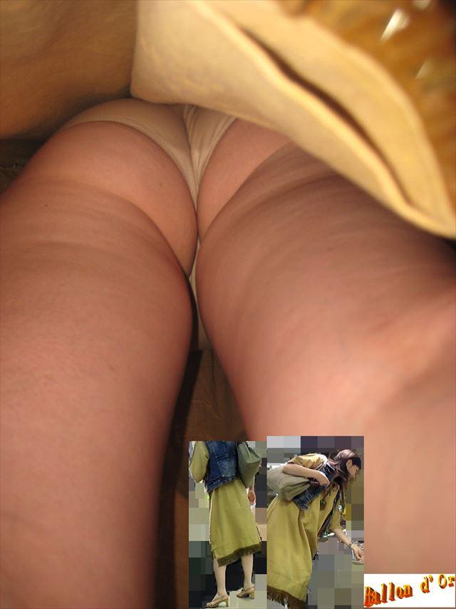 美人OLの黒スト逆さタイトスカート盗撮エロ画像5枚目