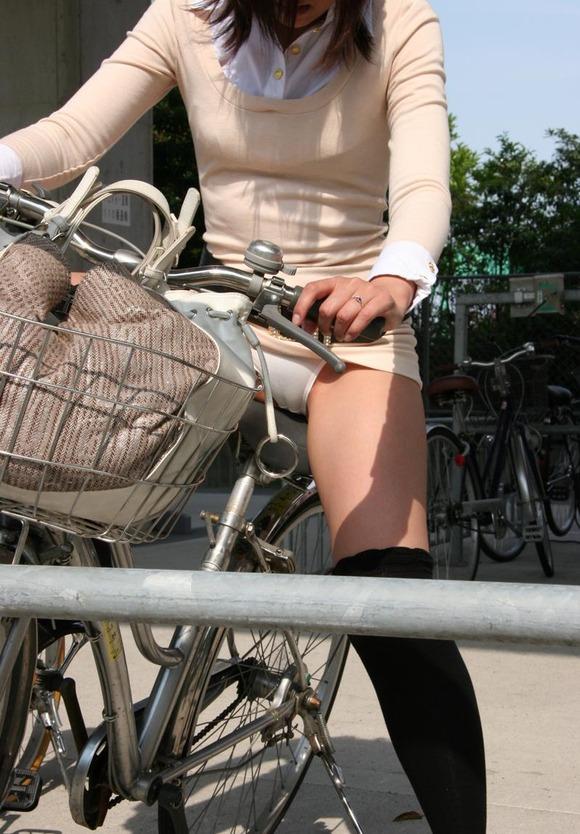 自転車OLのたくし上げ<br>スタートからパンチラエロ画像1枚目