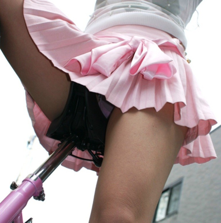 自転車OLのたくし上げ<br>スタートからパンチラエロ画像7枚目