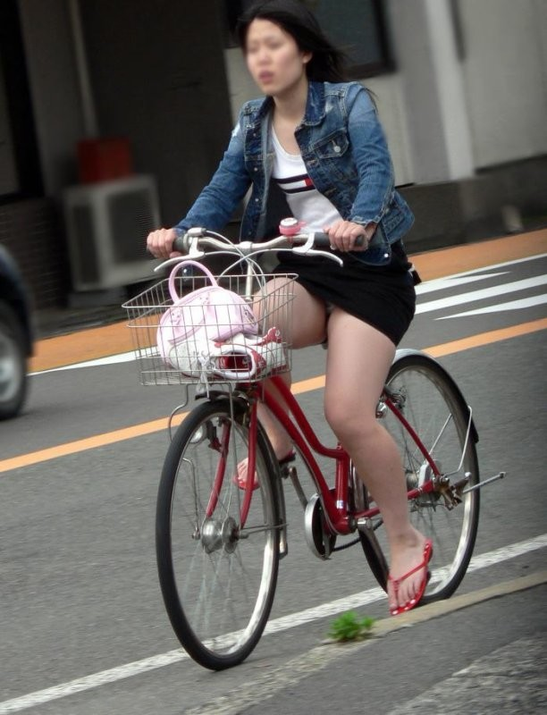 自転車OLのたくし上げ<br>スタートからパンチラエロ画像8枚目