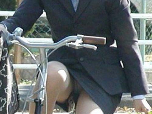 自転車OLのたくし上げ<br>スタートからパンチラエロ画像13枚目