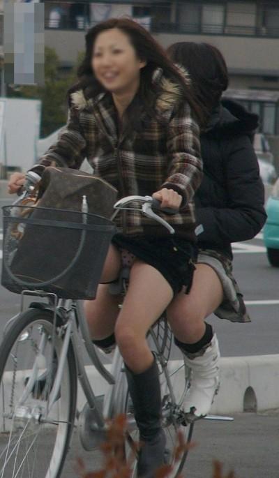 自転車OLのたくし上げ<br>スタートからパンチラエロ画像14枚目