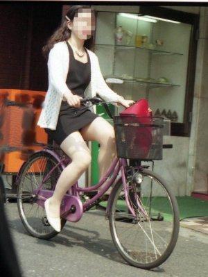 自転車OLのたくし上げ<br>スタートからパンチラエロ画像15枚目