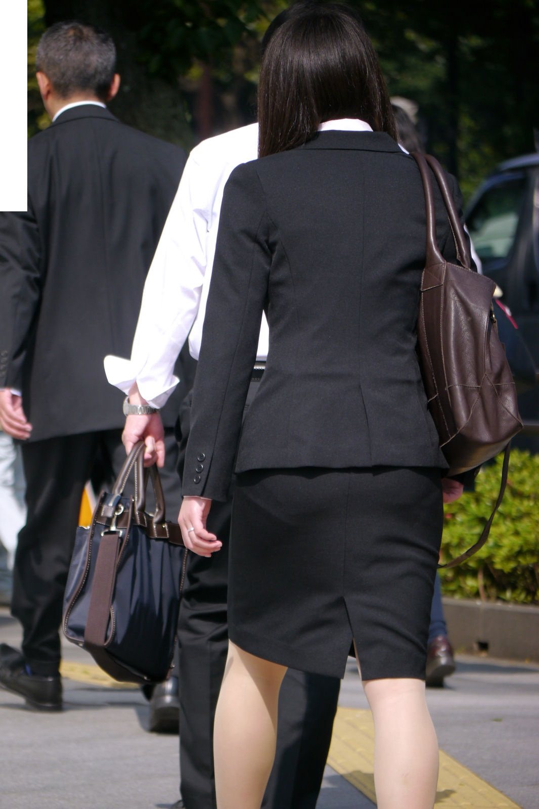 就活OLのパンティラインを隠さないスーツ盗撮エロ画像1枚目