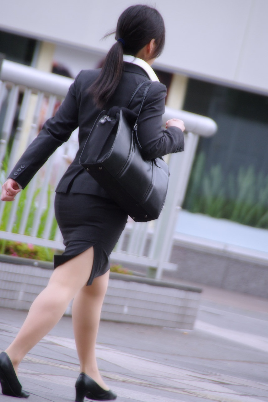 就活OLが面接へと急ぐタイトスカート美尻エロ画像1枚目